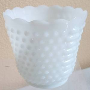 VINTAGE OVEN WARE MILK GLASS HOBNAIL VASE IN EXCELLENT CONDITION AS SHOWN. CIRCA 1940'S - 1950'S.
